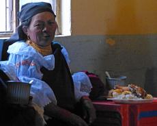 Traditionell gekleidete Indígena