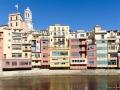 Bunte Häuser und Catalunya-Flaggen