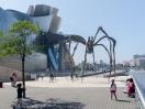 Spinnenskulptur hinter dem Guggenheim-Museum