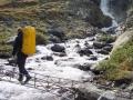 Jan überquert die wackelige Holzbrücke