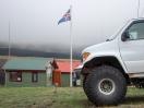 Die Wärterhäuschen, die obligatorische Island-Flagge (Nationalstolz ist hier sehr ausgeprägt) und die üblichen Autos mit den großen Reifen, die bei den Straßen und für das Furten einfach nötig sind.