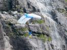 Basejumper vor Wasserfall