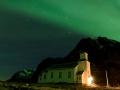 Nordlicht über der Gimsøy Kirche