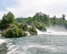 Rheinfall von der Uferpromenade aus gesehen