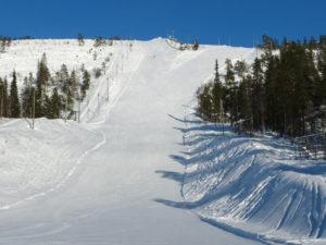 Blick auf zwei schwarze Pisten des Salla-Skigebiet