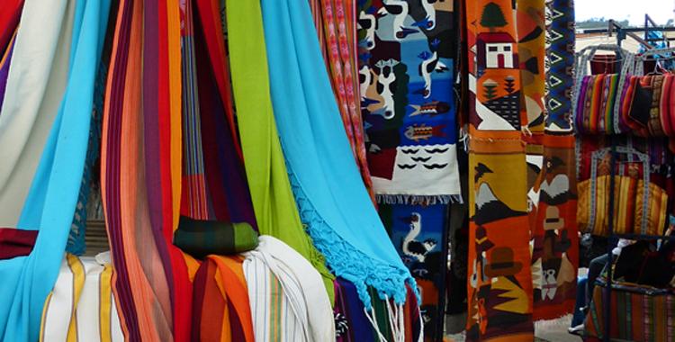 ein fest der farben indiomarkt in otavalo familienreiseblog ausreisserin outdoor wandern. Black Bedroom Furniture Sets. Home Design Ideas