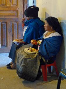 Indígenas beim Hühnchenessen