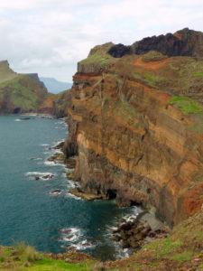 Farbenprächtige Steilküste an Madeiras Ostkapp