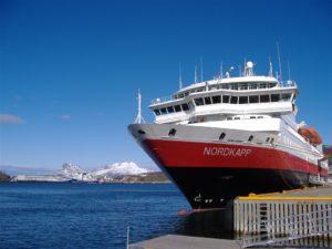 Hurtigruten-Schiff in Bodø, Nordnorwegen