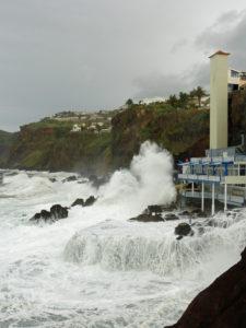 Wellen überfluten die Badebucht