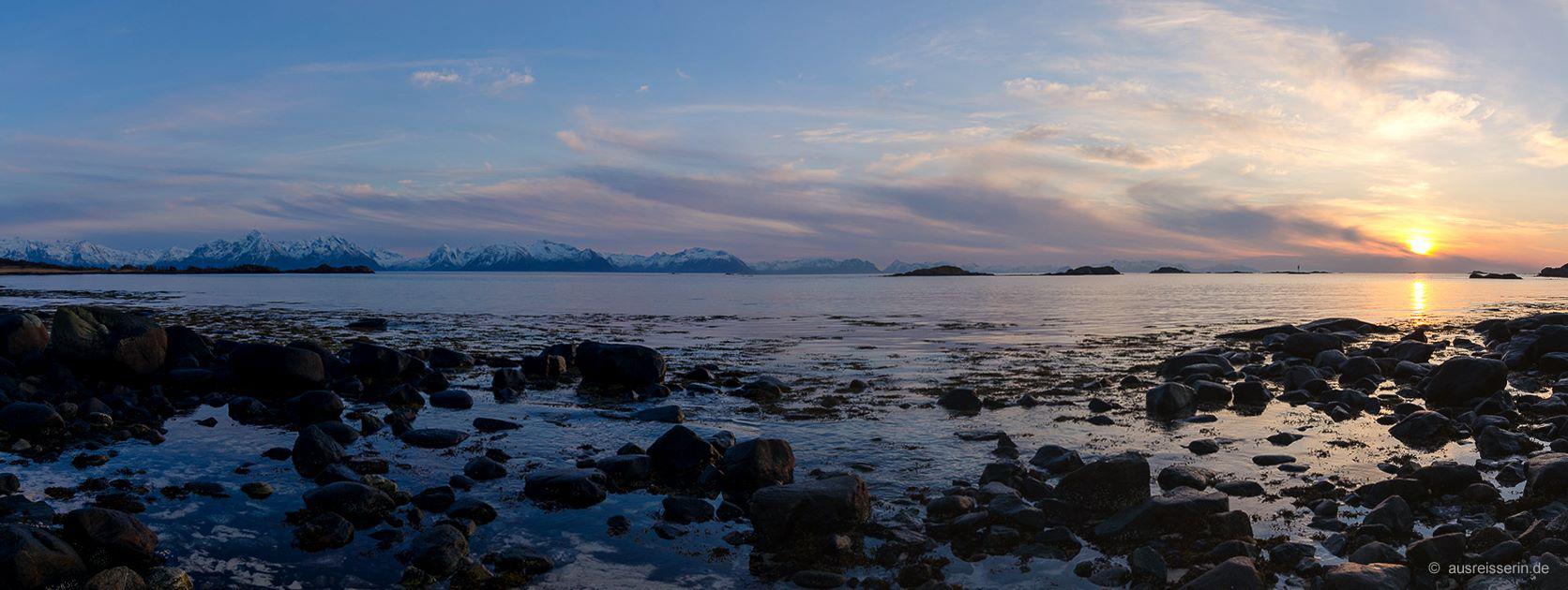 Nähe Melbu, Vesterålen: Blick auf die Lofotenwand in der Abenddämmerung