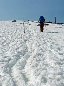 Lang gezogenes Schneefeld zum Gipfel