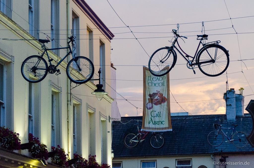 Hängende Fahrräder über Killarneys Straßen
