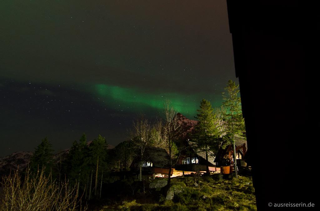 Nordlichter unter Wolkendecke