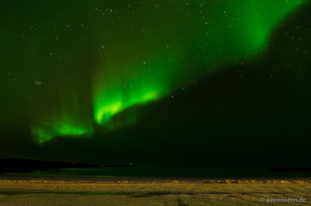 Nordlicht über dem Strand von Hov, Gimsøy