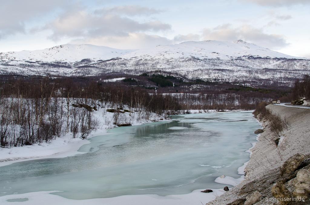 Fluss Salangselva ist teilweise gefroren