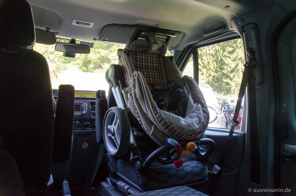 Kinderwagen auf Beifahrersitz