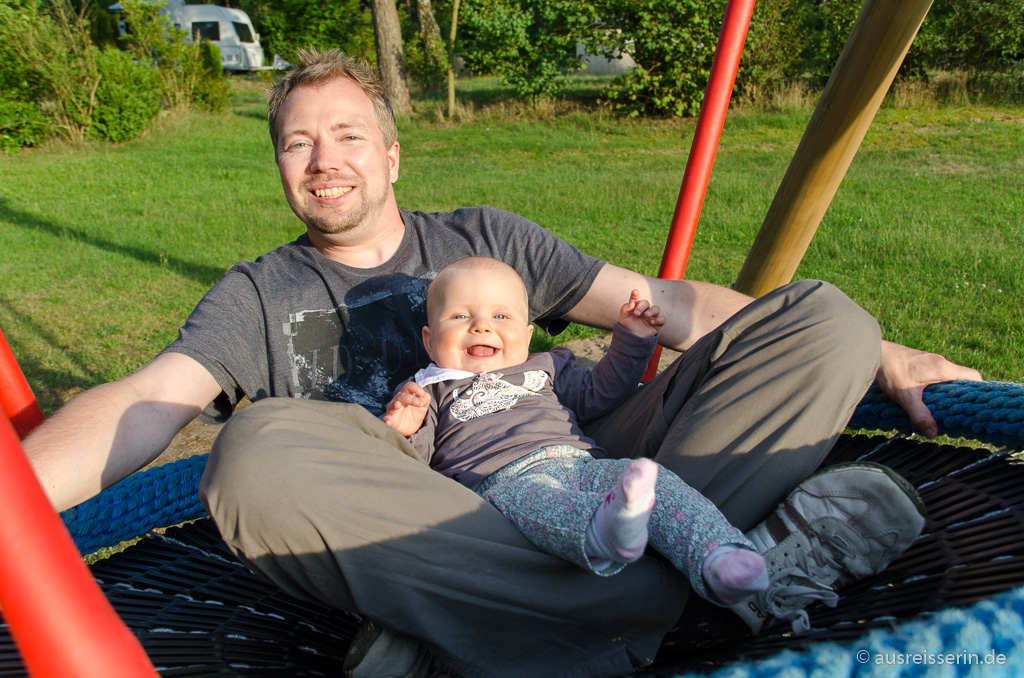 Jan und Lotta auf der Nestschaukel