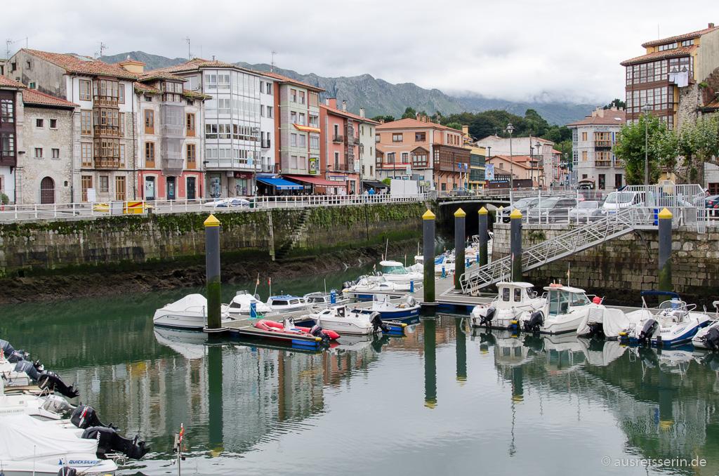 Hafen von Llanes mit Sierra de Cuera