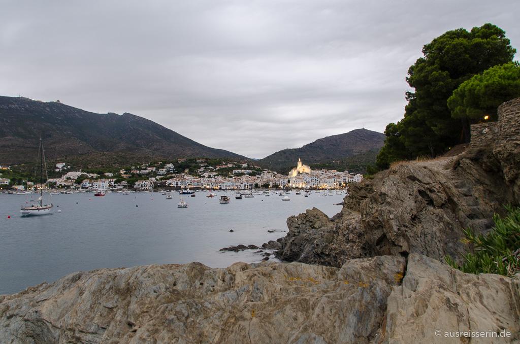 Abendlich beleuchtetes Cadaqués