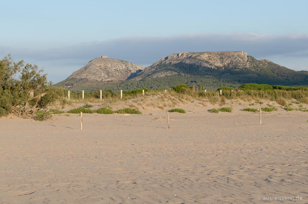 Blick ins Inland zum Castell Montgri