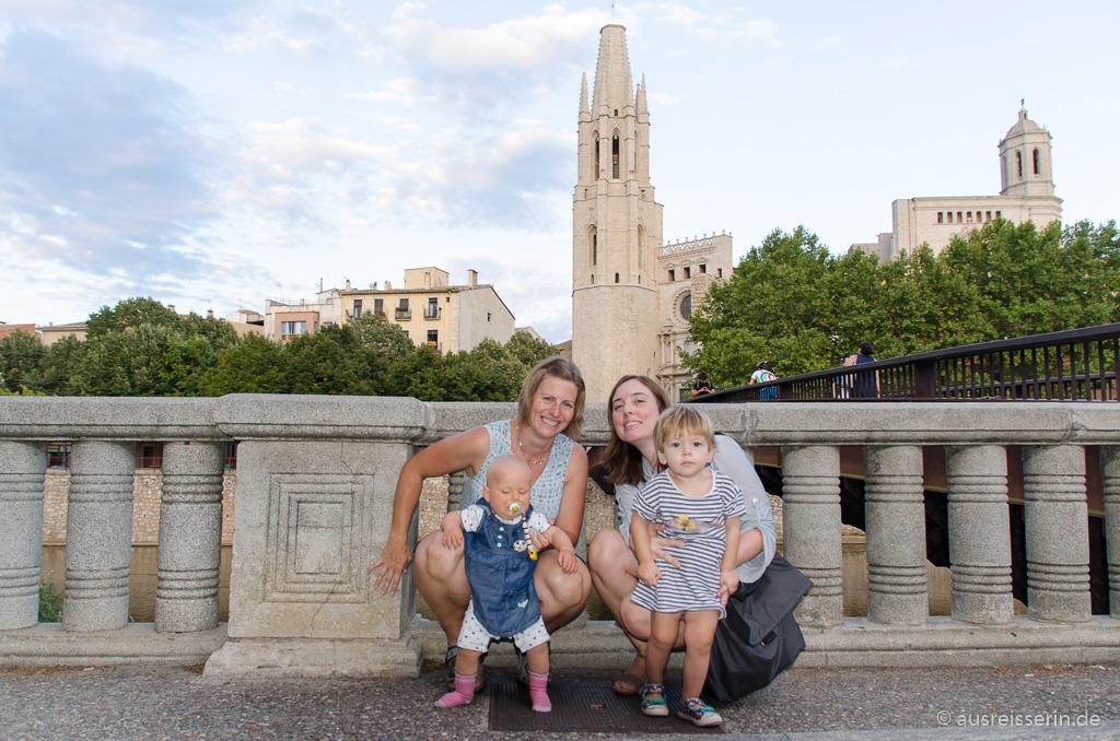 Gruppenfoto vor Gironas Altstadtkulisse