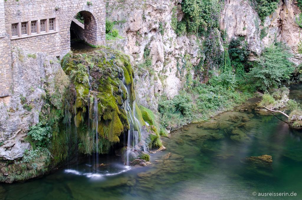 Malerisch stürzt eine Quelle als Wasserfall in den Tarn.