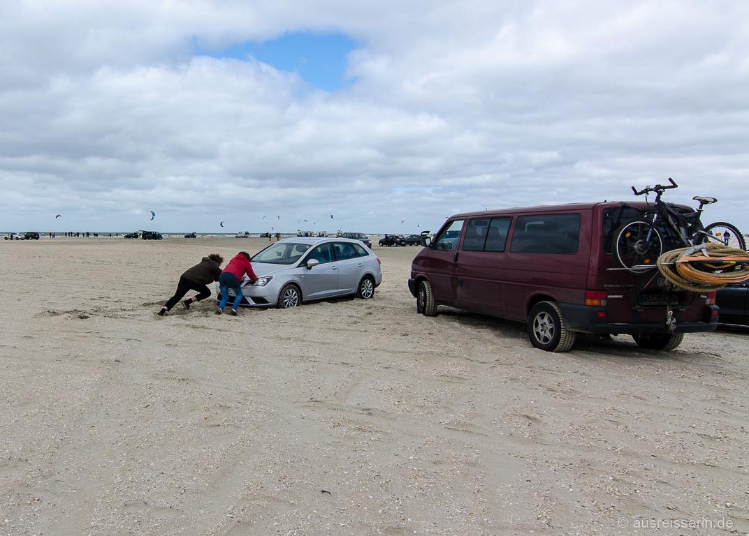 Auto im Sand festgefahren