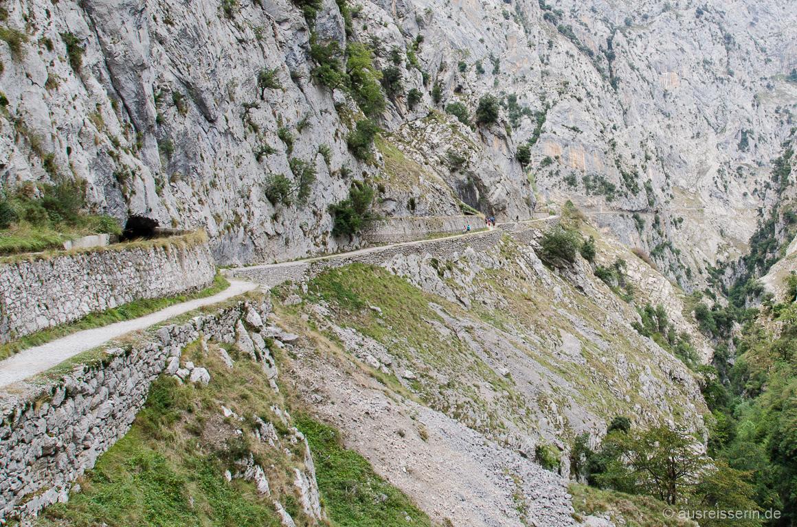 Wasserkanal mit Versorgungsweg