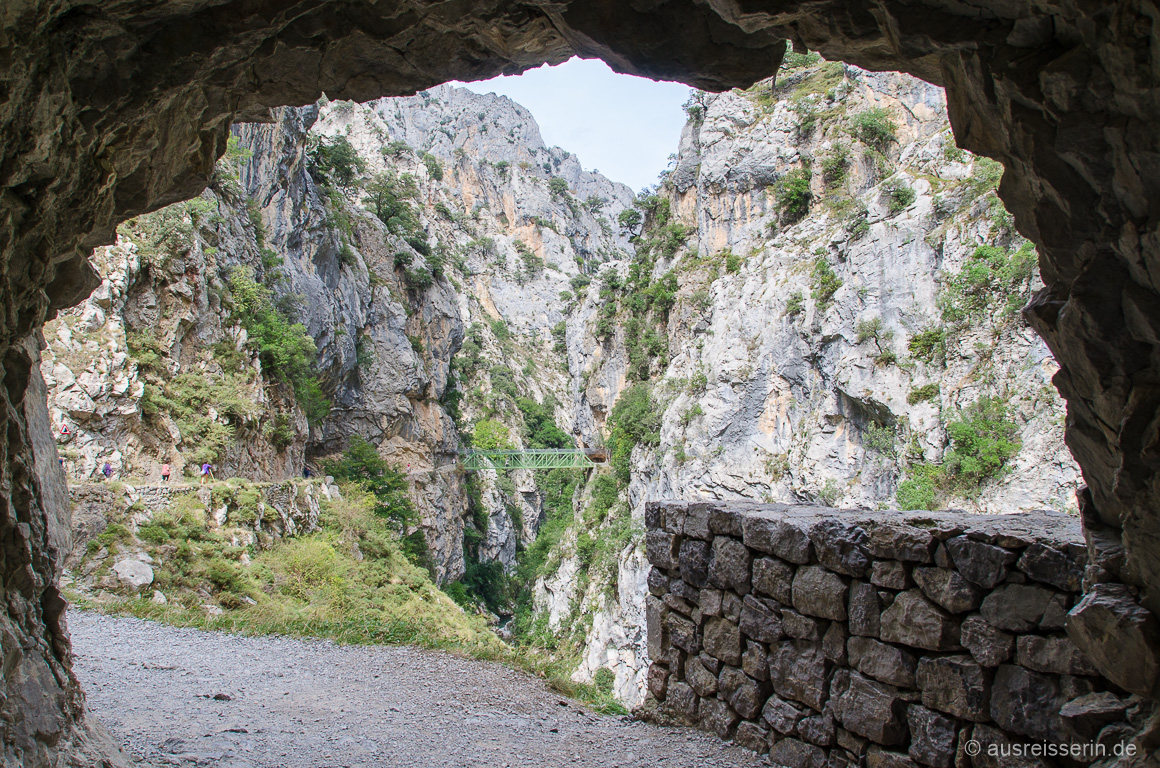 Blick aus einem der Tunnel auf die Puente de los Rebecos