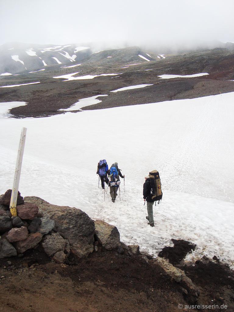 Querung eines Schneefelds auf dem Fimmvörðuháls-Pass
