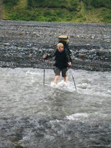 Jan durchfurtet die Þröngá.