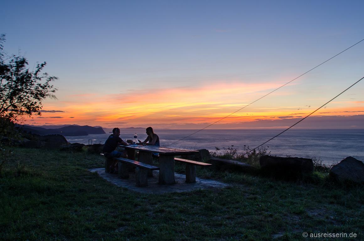 Dinner bei Sonnenuntergang an der baskischen Küste