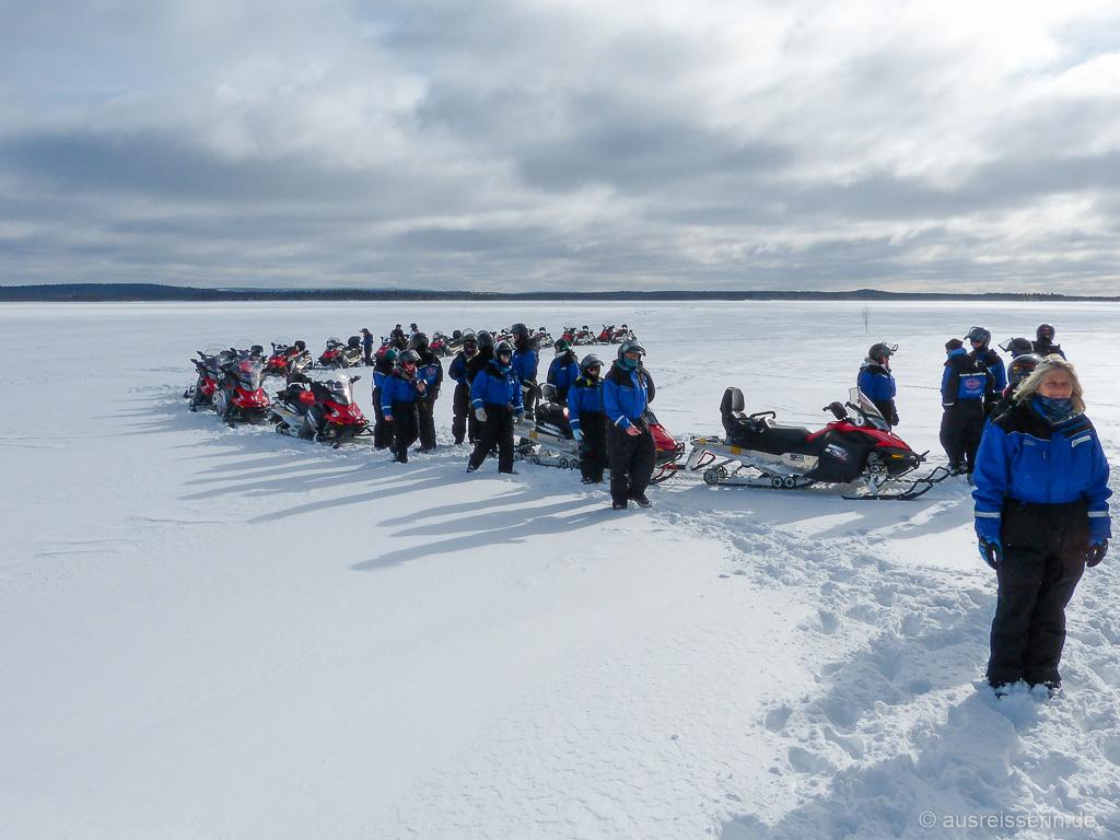 Schneemobil-Schlange: Pause mitten auf dem See