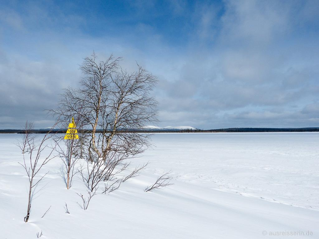 Blick über den See Onkamojärvi in Richtung Russland