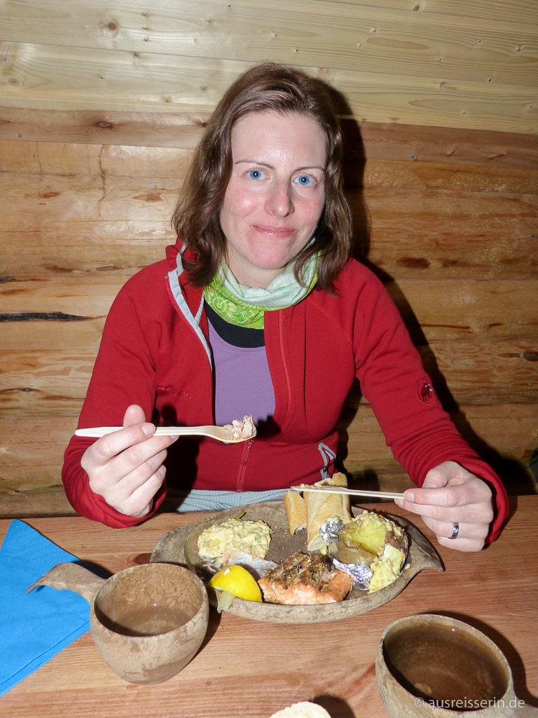 Abendessen in der Kota: Lachs, Folienkartoffel, Gemüse und Brot