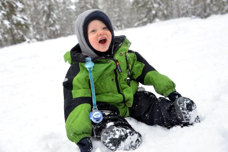 Gute Kleidung und das Zwiebelprinzip sind die Basis für einen ungetrübten Winterurlaub mit Kindern.