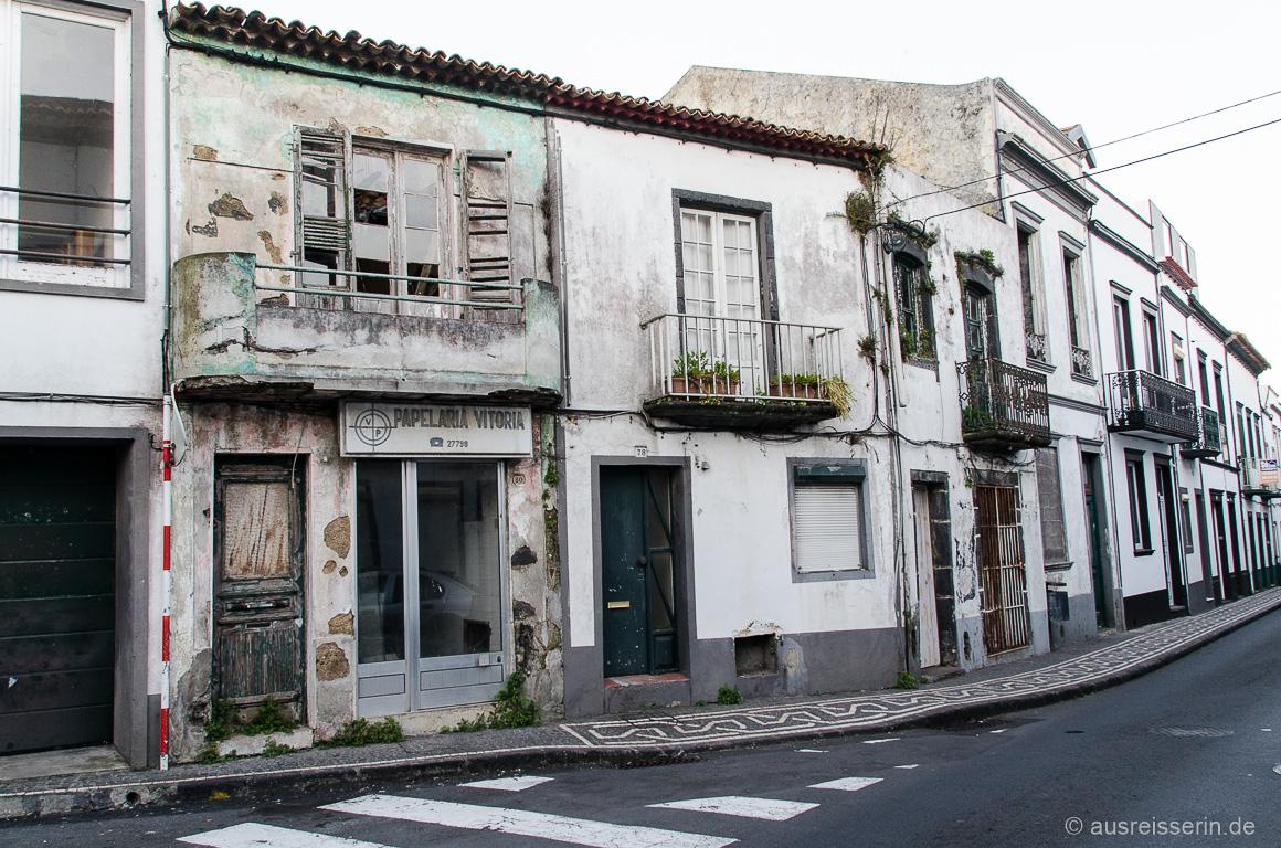 Straßenzug mitten in der Inselhauptstadt Ponta Delgada