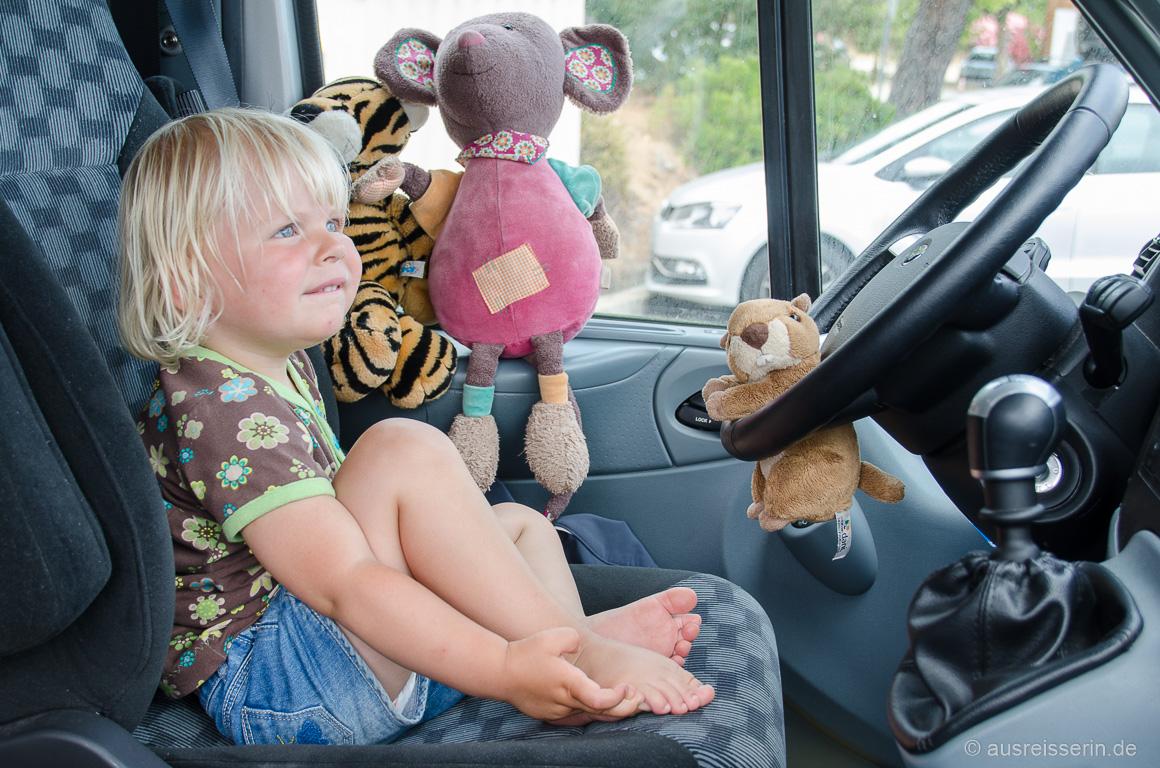Der Fahrersitz ist ein toller Spielplatz, aber hinten Mitfahren ist trotzdem doof.