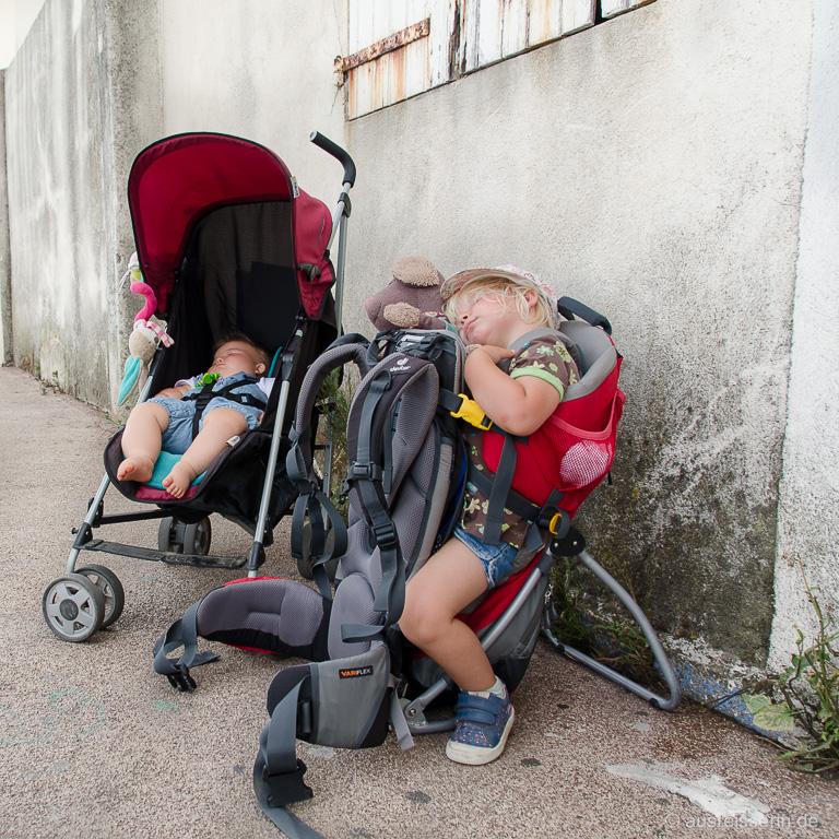 Einer der ganz seltenen Momente auf unserem Elternzeit-Roadtrip, wo beide Kinder gleichzeitig geschlafen haben. Mitten in St.-Tropez.