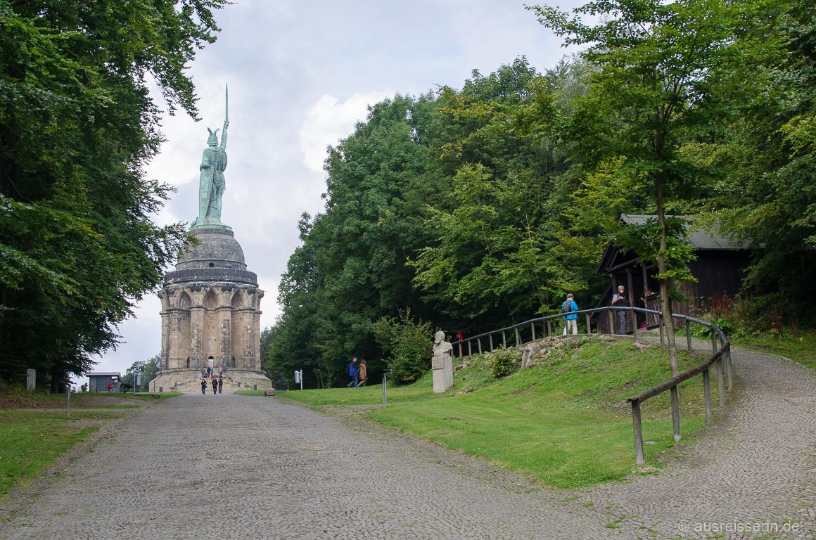 Auf dem Weg zum Hermannsdenkmal. Rechts befindet sich die Bandel-Hütte.