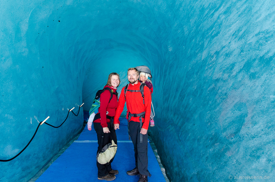 Blau schimmert das Gletschereis der Eishöhle im Mer de Glace.