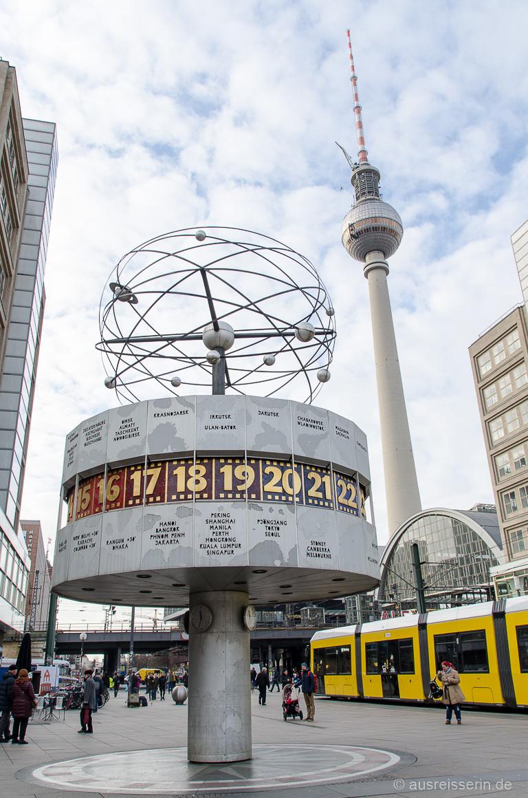 Berliner Alexanderplatz: Weltzeituhr und Fernsehturm