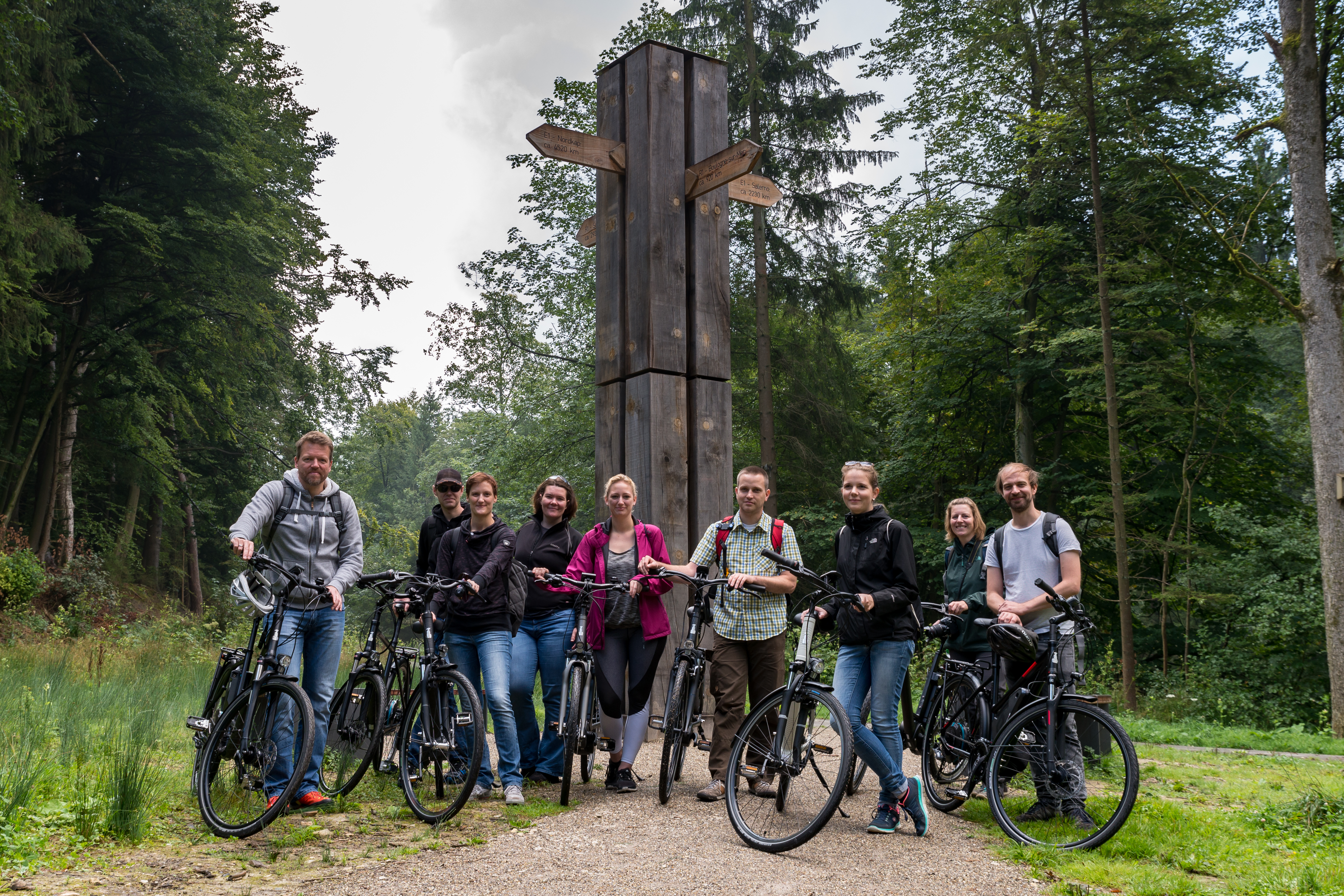 Reiseblogger am Wegekreuz von E1 und R1  [Foto: Sandra Riegel Photography]