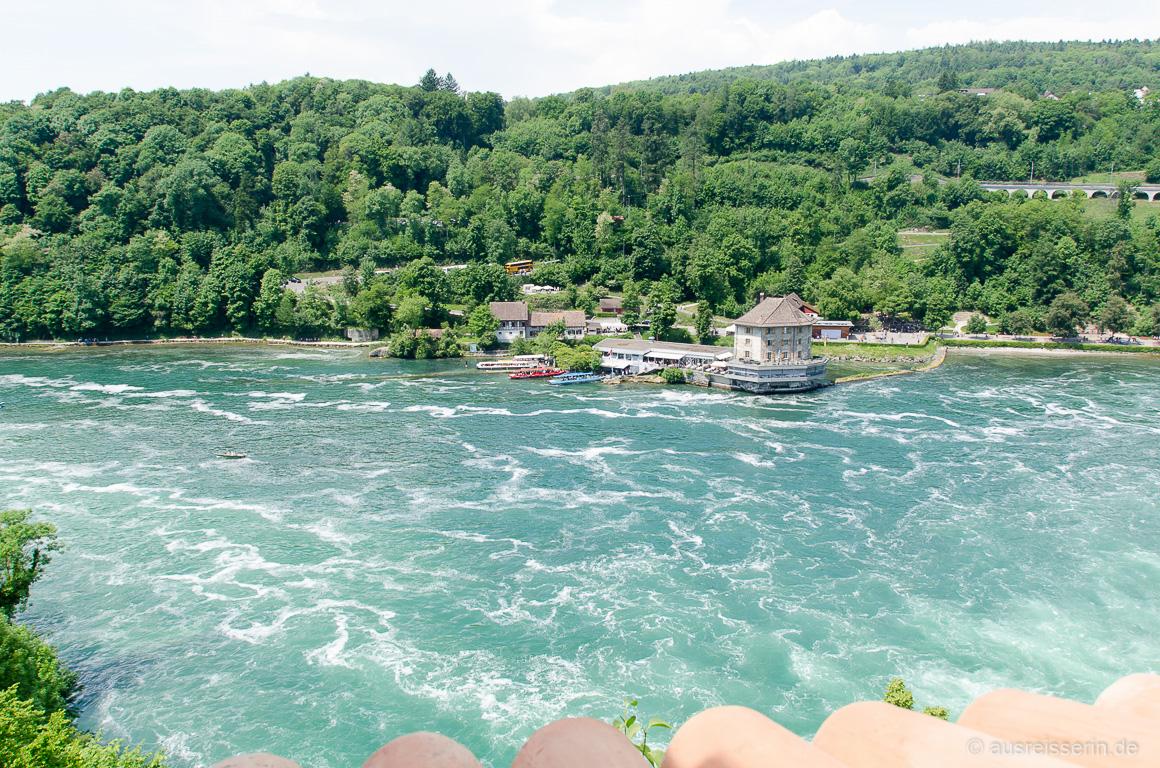 Der zweitmächtigste Wasserfall Europas hat Spuren im Wasser hinterlassen.