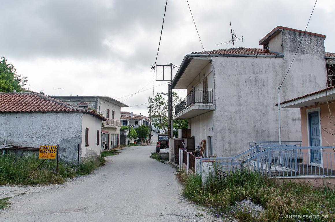Hauptstraße von Pefkochori nach Agia Paraskevi rein.