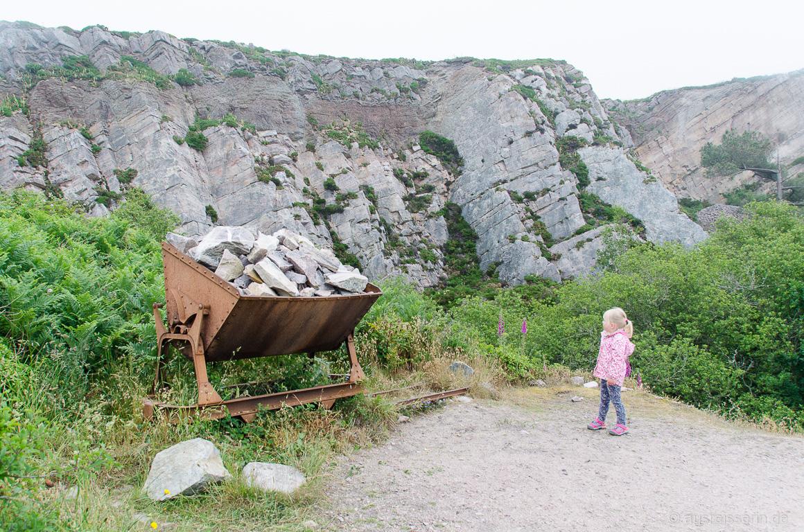 Lore vor einem Steinbruch in Erquy