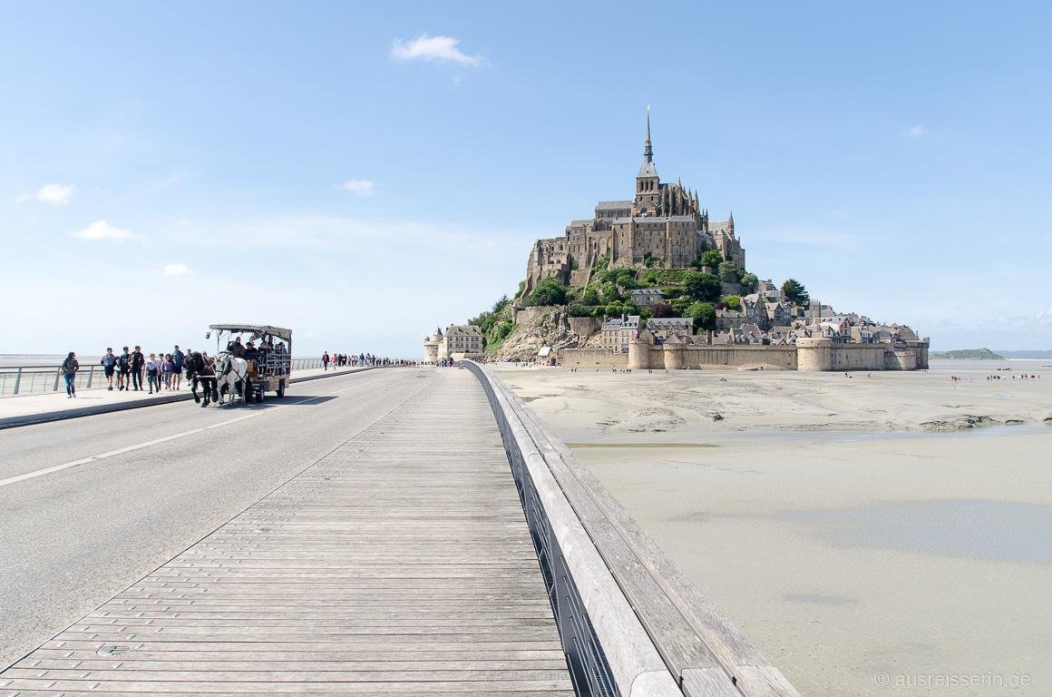 Über die 720 m lange Passerelle erreicht man den Mont-Saint-Michel.