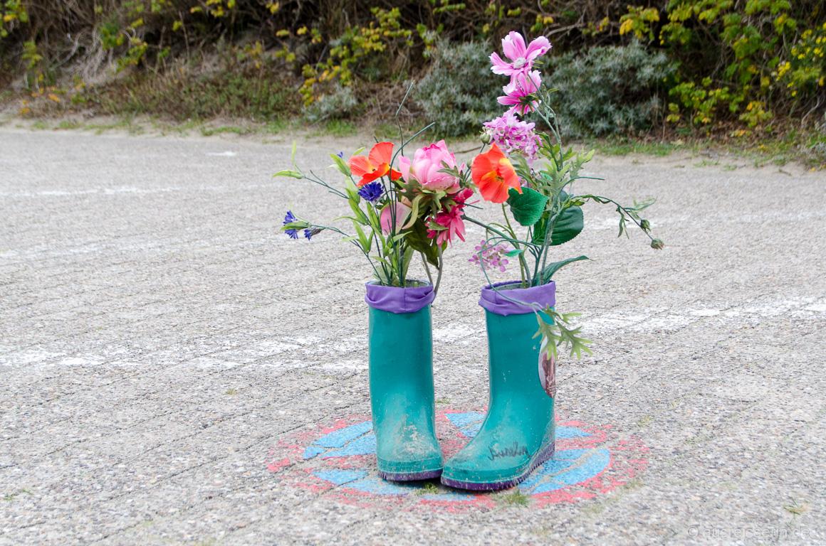 Blumen in Gummistiefeln
