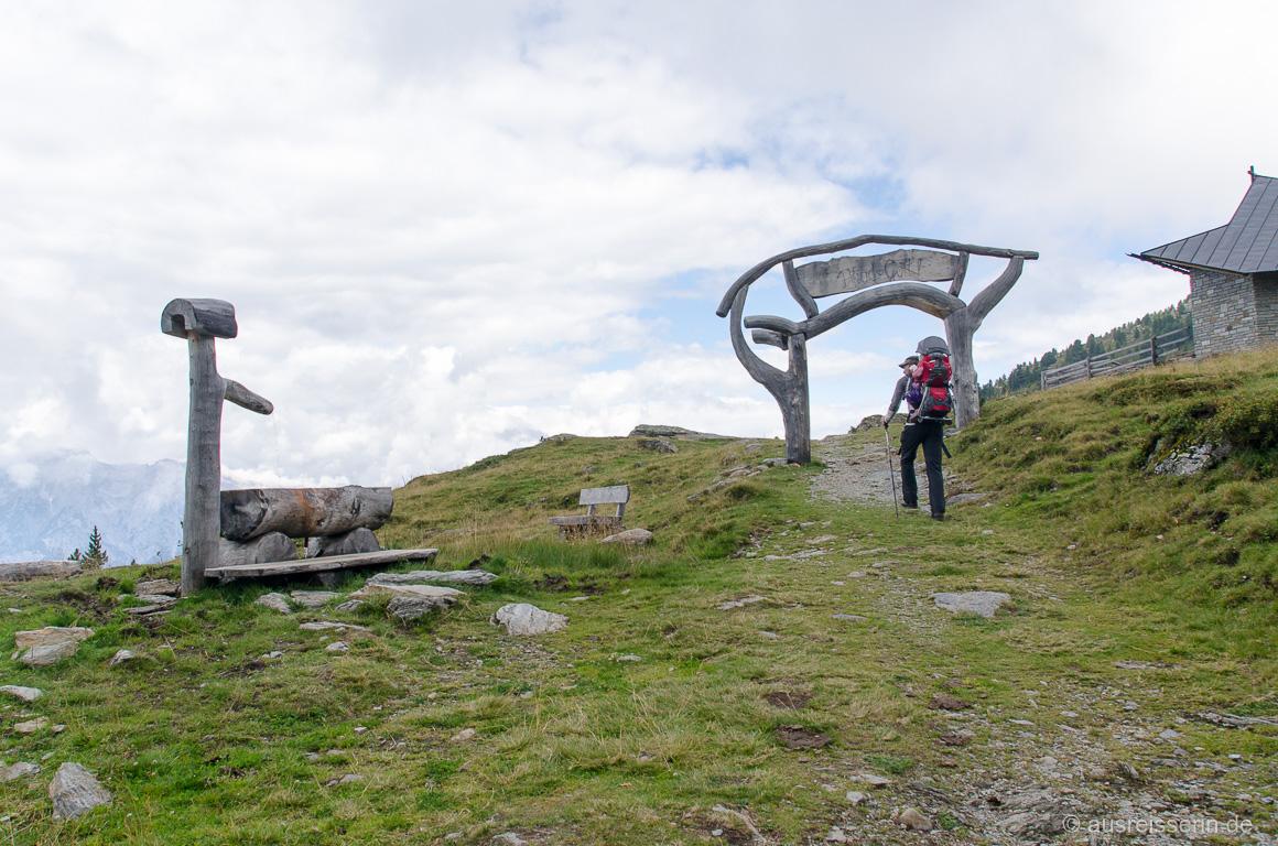 Zielfoto: Jan erreicht mit Lotta auf dem Rücken das Ende des Zirbenwegs.